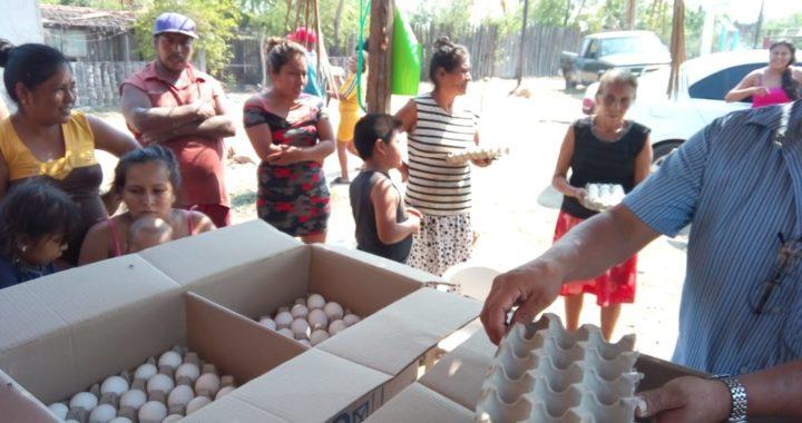 Entrega casilleros de huevos gratis, regidor Gilberto Vargas a familias pobres del municipio de Coyuca de Benítez