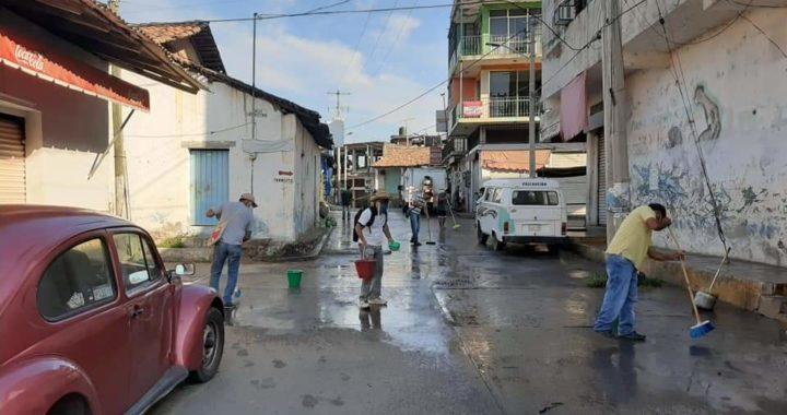 Se unen ciudadanos y gobierno municipal para higienizar calles y comercios en Atoyac