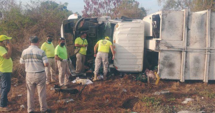 Vuelca camión de la basura del municipio de Tecpan; se habla de un trabajador muerto