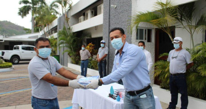 Gobierno municipal cumple con entrega de uniformes a mas de 300 trabajadores de la CAPAZ