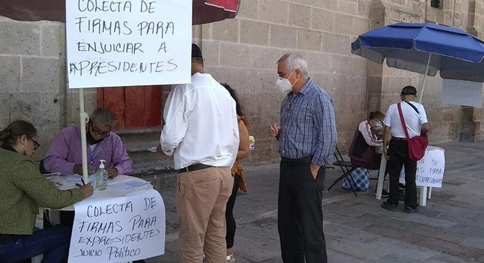 Junto a Catedral, recaban firmas para enjuiciar a expresidentes de México