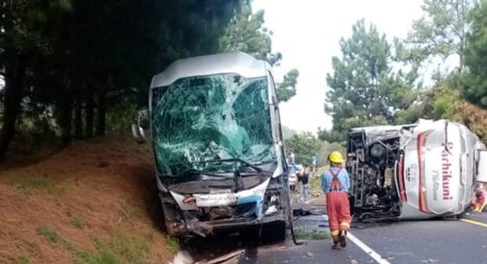 Chocan dos autobuses en carretera a Zirahuén; reportan más de 40 lesionados