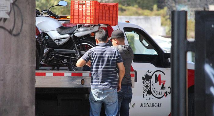 Grúas ya no podrán arrastrar vehículos que puedan rodar; ¿adiós a robos y abusos en corralones?