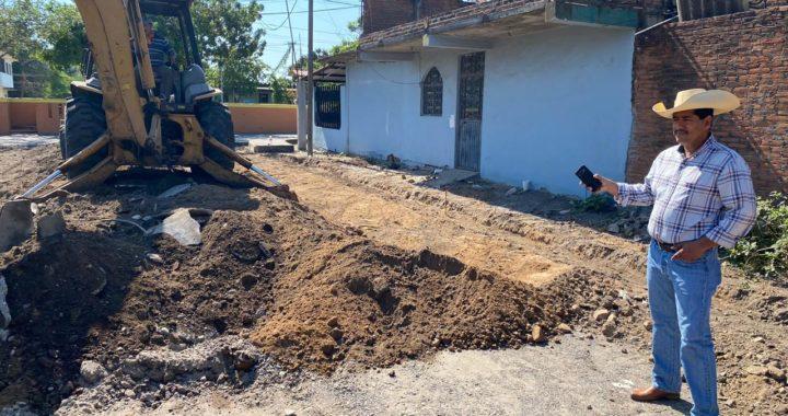 Presidente Crescencio Reyes supervisa obra de pavimentación en Petacalco