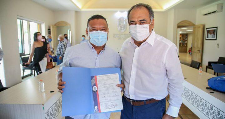 ENTREGA GOBERNADOR HÉCTOR ASTUDILLO ACTAS DE TITULACIÓN A PERIODISTAS