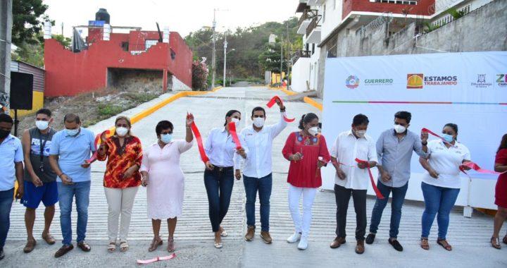 Con el programa Mano con Mano avanza Zihuatanejo. Presidente JSA entregó una nueva calle en colonia La Noria.