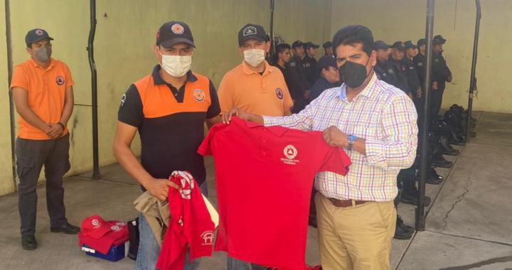 Presidente Crescencio Reyes entrega uniformes a Policía, Protección Civil y Tránsito Municipal