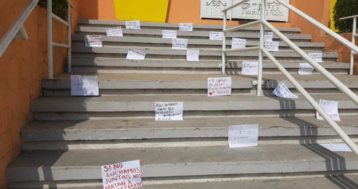 Amanecen pancartas pegadas en escalinata del ayuntamiento de Tecpan