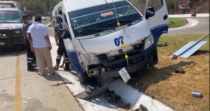 Se registra choque vehicular en el bulevar de Zihuatanejo