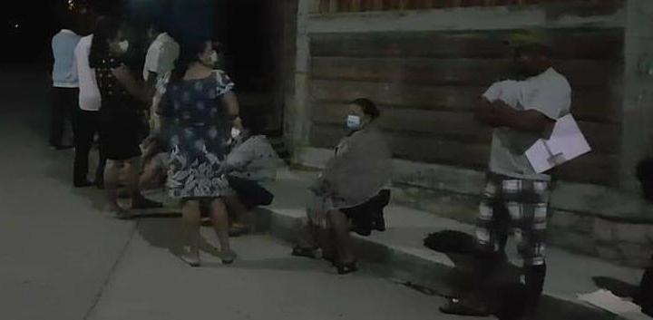 Llegan a vacunarse contra COVID-19 en Tecpan desde la media noche