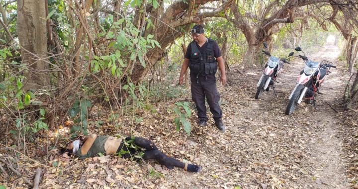 Localizan a hombre vestido de mujer asesinado cerca del Cayaco, en Coyuca de Benítez