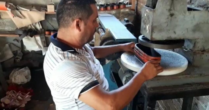 Destaca don Cesáreo Galván, toda una vida dedicada a la elaboración de huaraches artesanales en Coyuquilla Norte