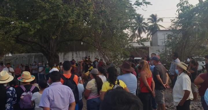 Crescencio Reyes recorre la colonia Primero de Mayo de Petacalco