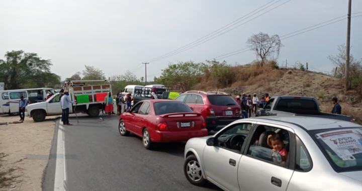 Bloquean serranos la carretera Acapulco-Zihuatanejo en el municipio de Atoyac