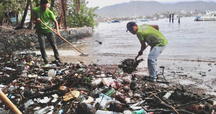 Gobierno de Zihuatanejo mantiene limpia la ciudad tras el paso de la lluvia.