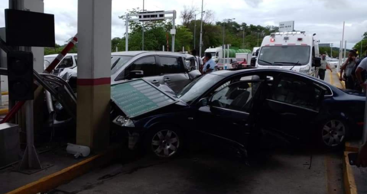 Se registra fuerte choque vehicular en la caseta de La Venta