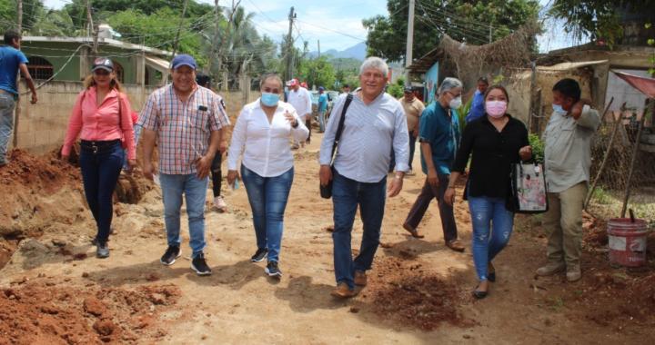 """Esteban Cárdenas supervisa la construcción del sistema de agua potable de la colonia """"Los Llanitos""""."""