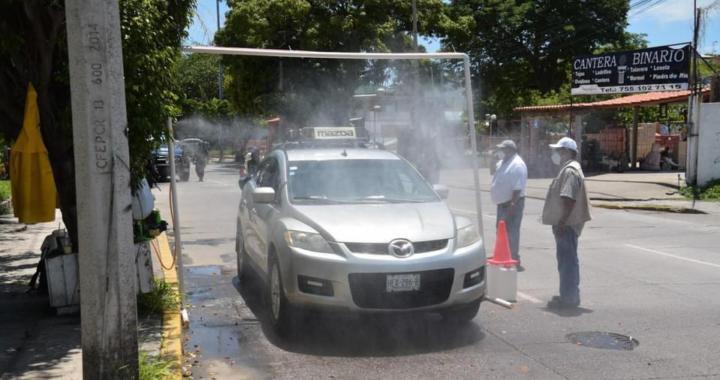 Gobierno de Zihuatanejo y Delegación de Transportes instalan arco sanitizante para vehículos COVID-19.