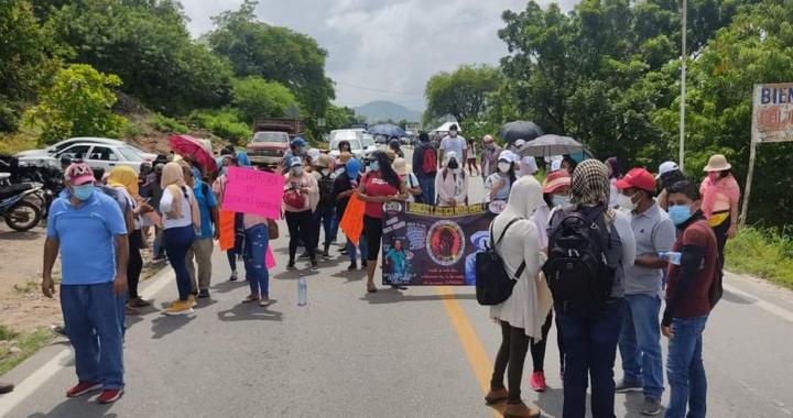 Maestros cetegistas bloquean carretera en Costa Grande; rechazan regreso a clases presenciales