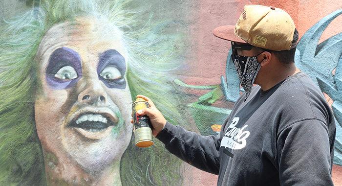 Artistas urbanos, algunos a escondidas, imprimen su sello y dan color a calles en Morelia