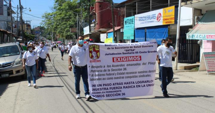 Marchan trabajadores de la Salud en Tecpan; exigen pago del FEGAC