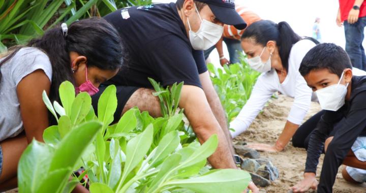 Jorge Sánchez Allec y esposa encabezan reforestación en campamento tortuguero de La Ropa