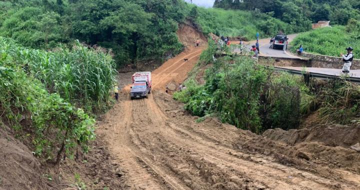 Gobierno de Zihuatanejo restablece flujo vehicular en caminos de zona rural