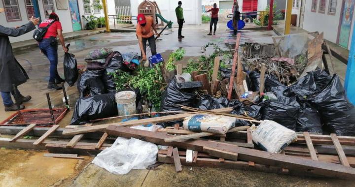 Padres de familia y maestros realizan limpieza en instituciones educativas; Servicios Públicos ayuda con el retiro de desechos.