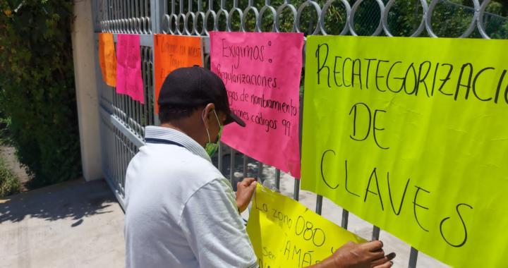 Mantienen maestros cerradas oficinas de la SEG en Tecpan