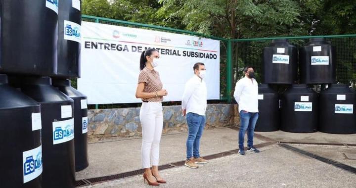 Jorge Sánchez Allec y esposa entregan más apoyos subsidiados a familias