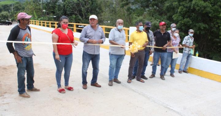 """Inaugura el Alcalde Esteban Cárdenas, elpuente en la comunidad de """"Ocote de Peregrino"""", una de las rutas más importantes de la sierra de Petatlán."""