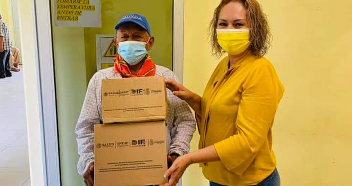 Equipo DIF entrega apoyo alimentario a jefas de familia